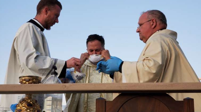 experts offer a path to reopening churches and the sacraments CNA Staff, Apr 30, 2020 / 04:00 pm (CNA).- As more Catholic dioceses begin to resume public Masses during the coronavirus pandemic, a group of theologians and medical experts has provided guidance for doing so as safely as possible.