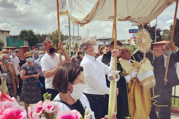 the eucharist gives life poles celebrate corpus christi amid pandemic CNA Staff, Jun 11, 2020 / 11:00 am (CNA).- Catholics took part in traditional Corpus Christi processions across Poland Thursday amid strict safety measures intended to prevent the spread of the coronavirus.