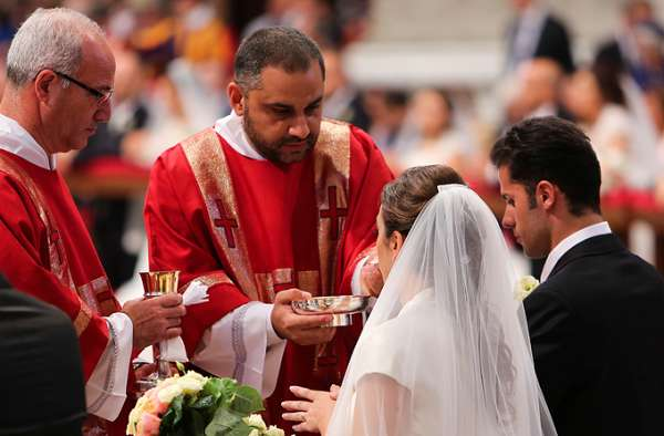 some illinois dioceses permit reception of communion on tongue CNA Staff, Sep 8, 2020 / 02:01 pm (CNA).- The Bishop of Peoria last week permitted priests in his diocese to distribute Communion on the tongue, as the Archdiocese of Chicago and the Diocese of Springfield in Illinois have been doing.