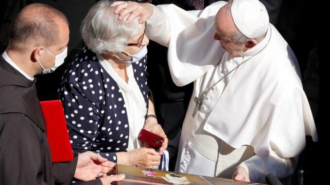 pope francis greets holocaust survivor at general audience By Salvatore Cernuzio