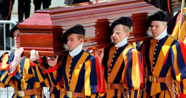 vatican no 2 intervenes to shed light on swiss guard deaths Rome — The Vatican secretary of state has intervened personally to shed light on one of the most sensational Vatican scandals of recent times: The 1998 murder of the Swiss Guard commander and his wife, purportedly by a disgruntled younger Swiss Guardsman who then took his own life.